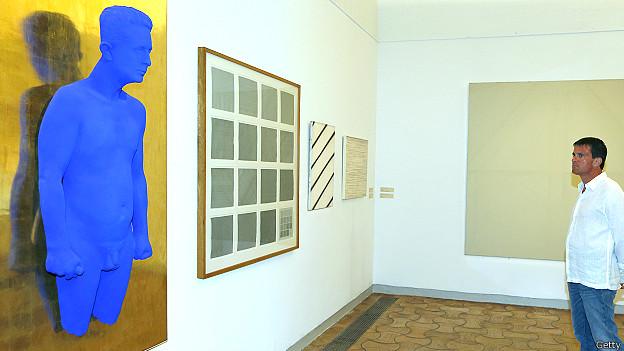 El ministro del Interior francés Manuel Vallans visitó una exposición de Ives Klain