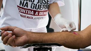 Un paciente participa de una campaña contra el dengue en Brasil.