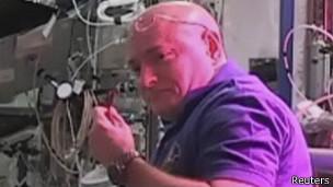 los astronautas scott keyy y Kjell Lindgren prueban  la lechuga cultuvada en la Estación Espacial Internacional