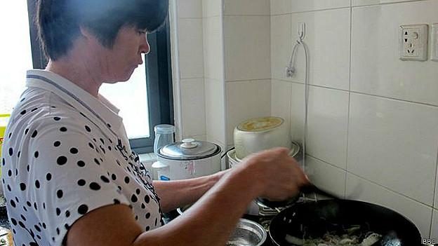 Lian Ronghua, de 51 años, madre de dos niños con uremia que necesitan un trasplante de riñón
