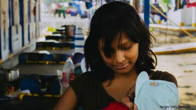 Mujer migrante con su hijo. El embarazo resultó de un abuso sexual. Foto: cortesía Amnistía Internacional
