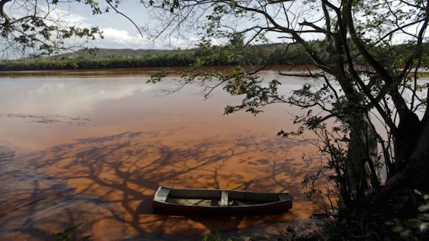 El rio Doce, Brasil, teñido de marrón por el barro que se desprendió del dique minero en el estado de Minas Gerais.