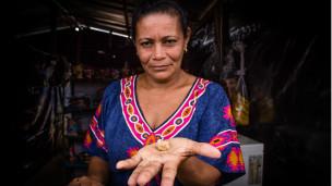 Una mujer con oro en las manos.