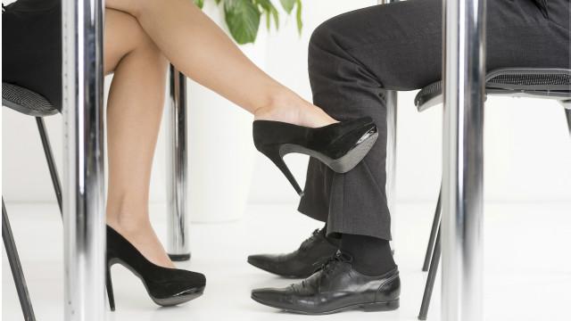 Una persona tocando la pierna