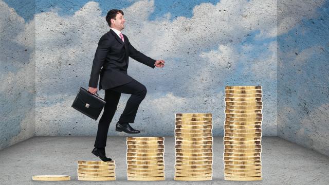 """Una persona subiendo una """"escalera de monedas"""""""