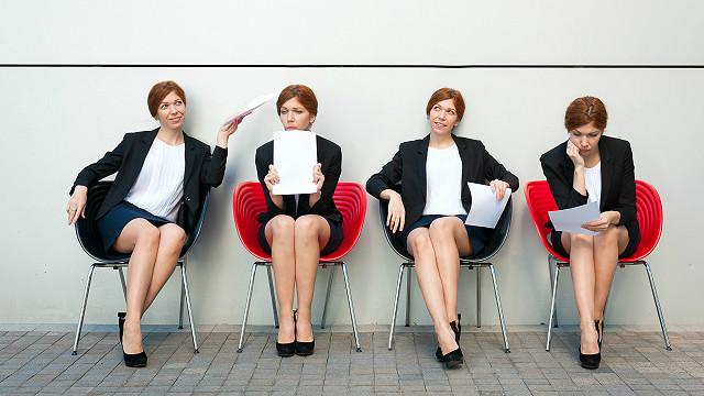 Una mujer esperando por una entrevista de trabajo