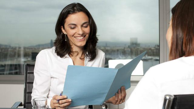 Una mujer revisando el CV de una persona