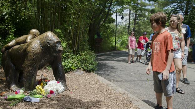 Flores en la estatua de los gorilas en el zoo de Cincinnati