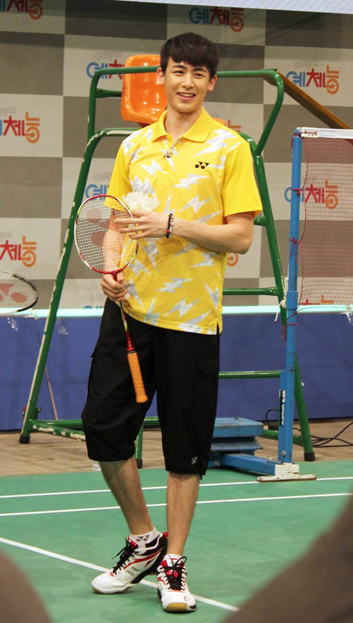 《我們社區藝體能》2PM Nichkhun上演羽毛球對決 - KSD 韓星網 (明星)