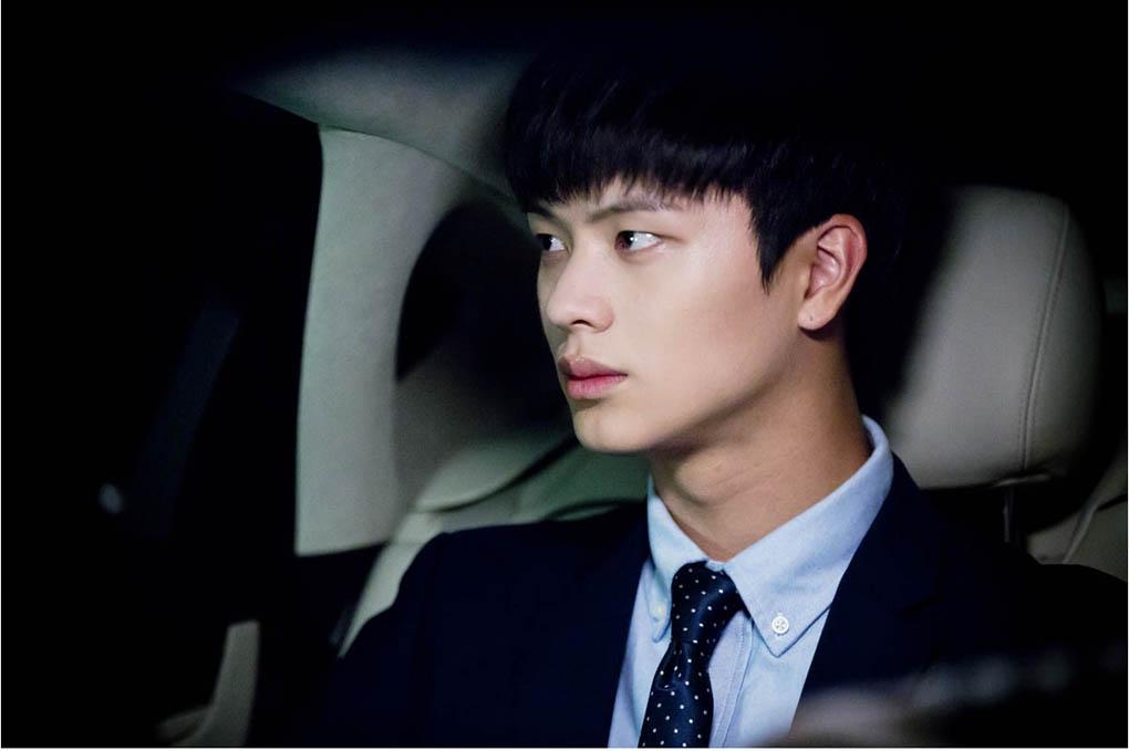 《學校2015》BTOB陸星材黑髮黑西裝表情凝重 - KSD 韓星網 (韓劇)