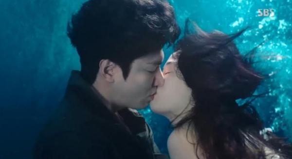 《藍色大海的傳說》人類和人魚的水中之吻 李敏鎬、全智賢浪漫開始 - KSD 韓星網 (韓劇)