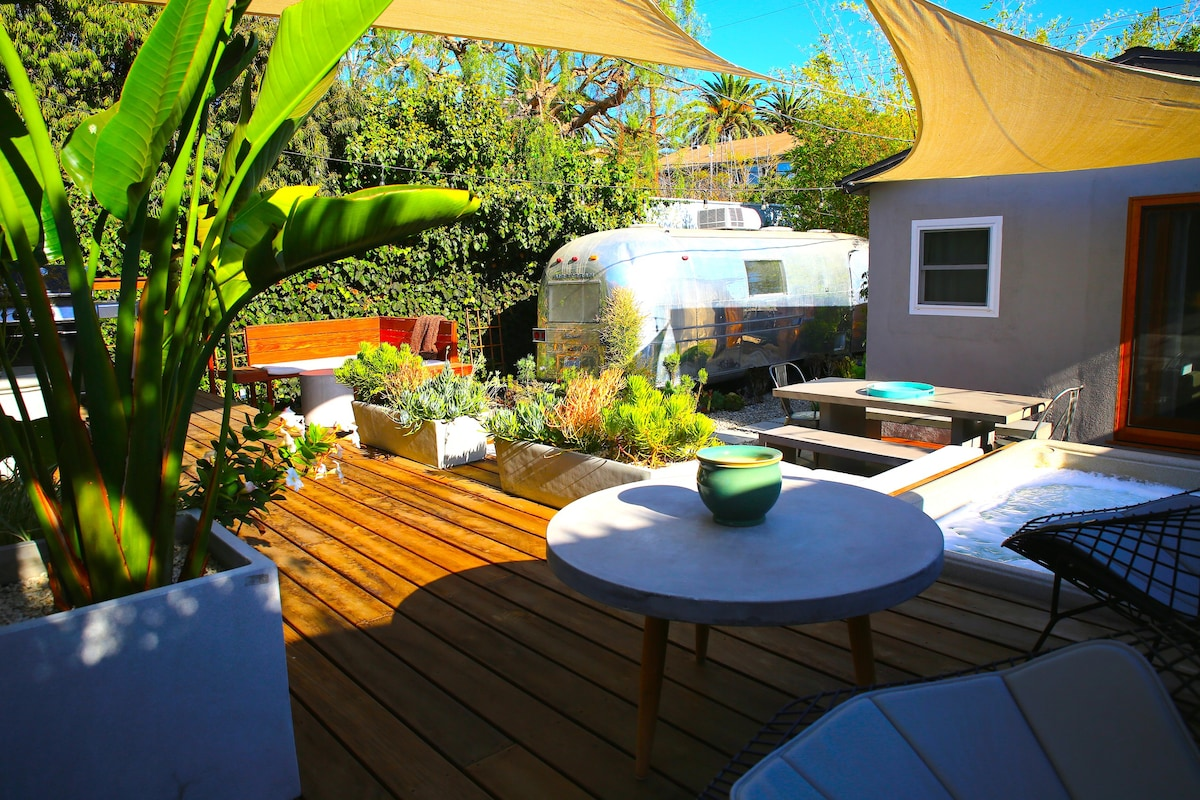 Beautiful 3 Bedroom Home + Airstream W/parking