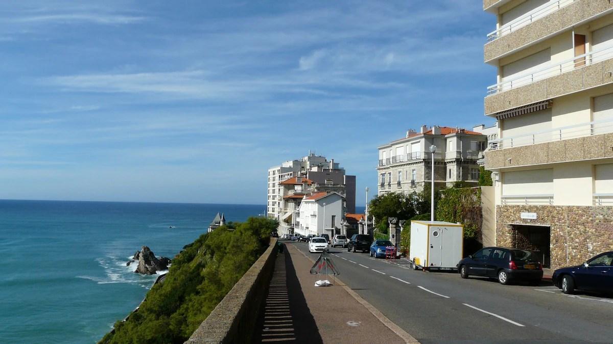 Surplombant La Cte Des Basques Appartements Louer