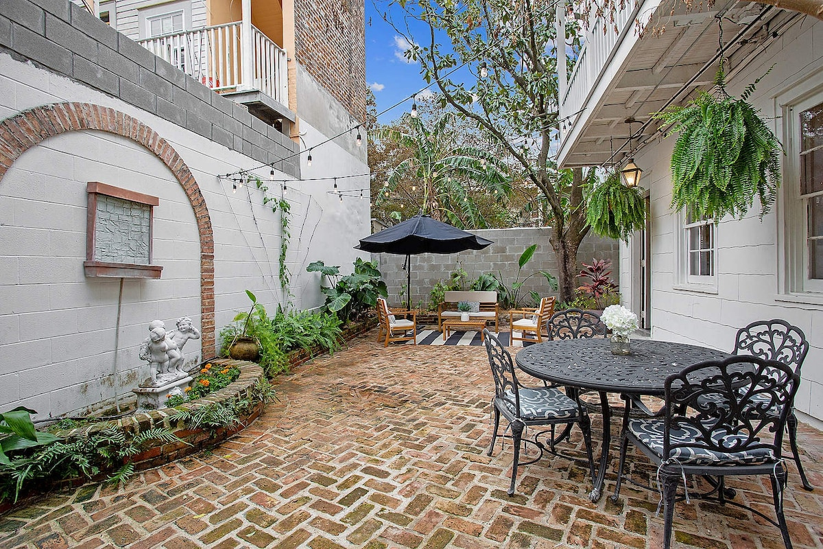 bourbon street balcony with courtyard