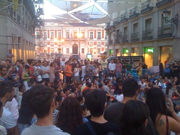 Asamblea frente a doble cordon en Preciados. Eso sí la puerta de El Corte Inglés queda libre. #plazatomada
