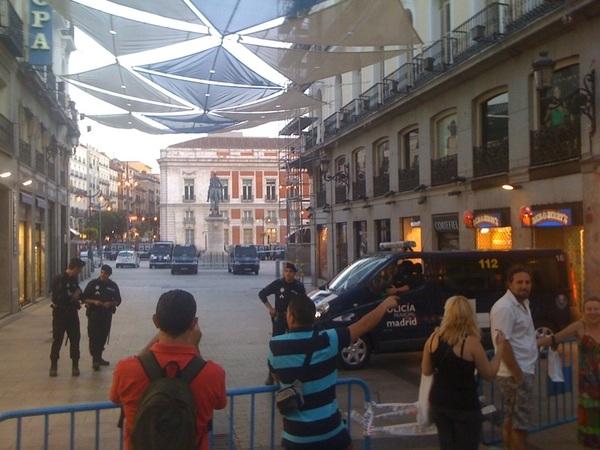 Tambien doble cordon en Calle del carmen. No solo no creen estar equivocados, van a mas #plazatomada