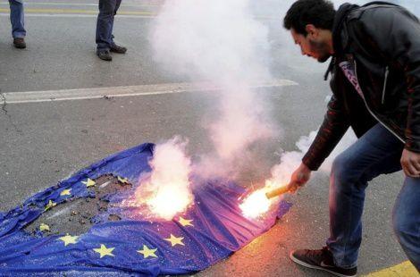 https://i0.wp.com/a4.idata.over-blog.com/470x310/4/41/37/78/08/Un-manifestante-griego-quema-la-bandera-de-la-UE.jpg
