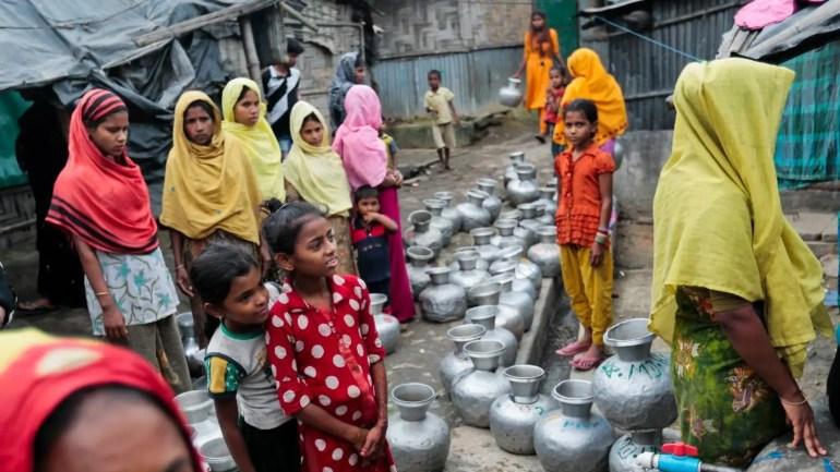 In diesem Datei-Foto vom 3. Dezember 2016 warten Rohingya-Frauen und -Kinder darauf, Wasser im Camp Leda zu sammeln, einem nicht registrierten Camp für Rohingya in Teknaf, in der Nähe von Cox's Bazar, einem südlichen Küstenbezirk südlich von Dhaka, Bangladesch.