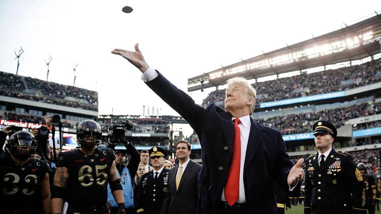Le président Donald Trump lance la pièce devant le football universitaire américain, samedi 8 décembre 2018, à Philadelphie. (AP Photo / Matt Rourke)