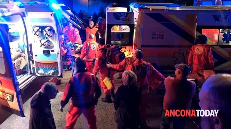 Des secouristes assistent des blessés devant une boîte de nuit à Corinaldo, dans le centre de l'Italie, tôt samedi 8 décembre 2018. (Stefano Pagliarini / Ancona Today via AP)