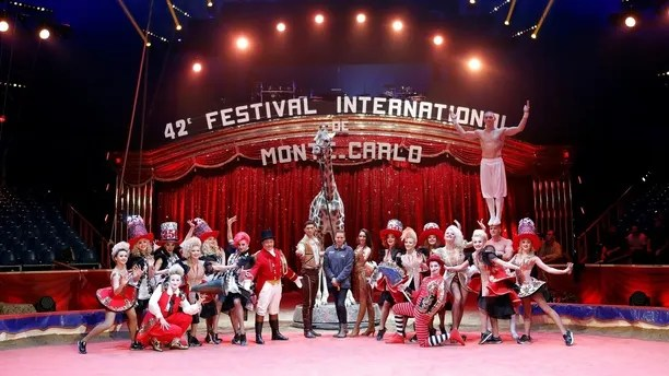 Princess Stephanie of Monaco  (C) poses with circus artists and a giraffe during a photocall for the presentation of the 42nd International festival circus of Monte Carlo in Monaco, January 16, 2018.     REUTERS/Eric Gaillard - RC18D2A4BB80