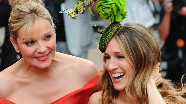 Actresses Kim Cattrall (L) and Sarah Jessica Parker arrive for the world premiere of ''Sex And The City: The Movie'' at Leicester Square in London May 12, 2008. REUTERS/Toby Melville (BRITAIN) - GM1E45D0CCX01
