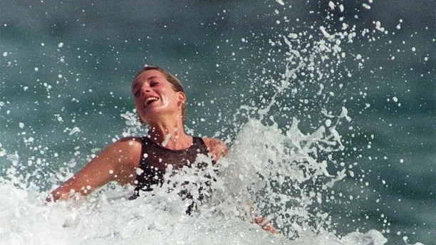 Princess Diana enjoys the splash of a wave during a morning swim on the Caribbean Island of Nevis January 3, 1993. REUTERS/Mark Cardwell - GM1DUGTOYZAA