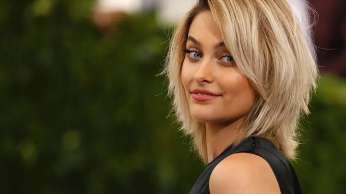 Paris Jackson, daughter of late super star singer Michael Jackson, cleaned off her dad's Hollywood Walk of Fame star after it was covered with bright graffiti.
