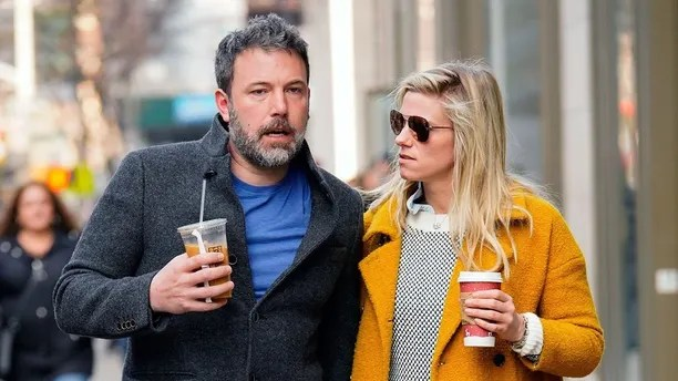 NEW YORK, NY - JANUARY 21:  Ben Affleck and Lindsay Shookus enjoy coffee while holding hands on January 21, 2018 in New York City.  (Photo by Gotham/GC Images)
