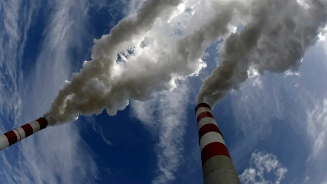 Smoke bellow from the chimneys of Belchatow Power Station, Europe's largest biggest coal-fired power plant, in this May 7, 2009 file photo. (REUTERS/Peter Andrews/Files)