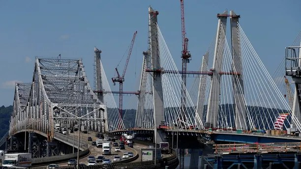 The new Governor Mario M. Cuomo Bridge (R) that is to replace the current Tappan Zee Bridge (L) over the Hudson River is seen in Tarrytown, New York, U.S., August 24, 2017. REUTERS/Mike Segar - RC1B6C839E50