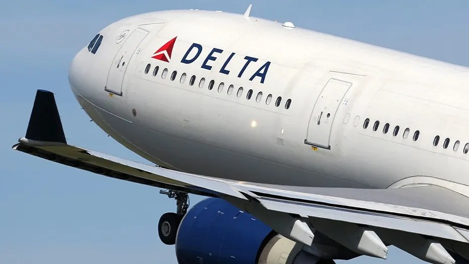 The 23-year-old lady says Delta's organisation also served a masculine adult to as many as 8 alcoholic drinks over a march of dual hours.