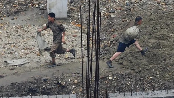 Labourers work at a construction site in Pyongyang July 28, 2013. REUTERS/Jason Lee (NORTH KOREA - Tags: BUSINESS EMPLOYMENT CONSTRUCTION) - RTX12250