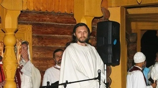 Vissarion, who has proclaimed himself a new Christ, leads a mass prayer in the village of Petropavlovka, about 580 km (360 miles) southeast of the Siberian city of Krasnoyarsk August 17, 2007. Former police officer Vissarion gave up his original name of Sergei Torop and created a sect in 1991, whose members give up their property to join the construction of a so-called Sun City on the slopes of the mountain where their leader is. Russia's dominant Orthodox Church says sects like that of Vissarion, which have mushroomed after the collapse of the Soviet Union, ruin the moral health of the nation by indoctrinating their disciples and has called for their ban. Picture taken August 17, 2007.  REUTERS/Ilya Naymushin    (RUSSIA) - GM1DVYXJPGAA