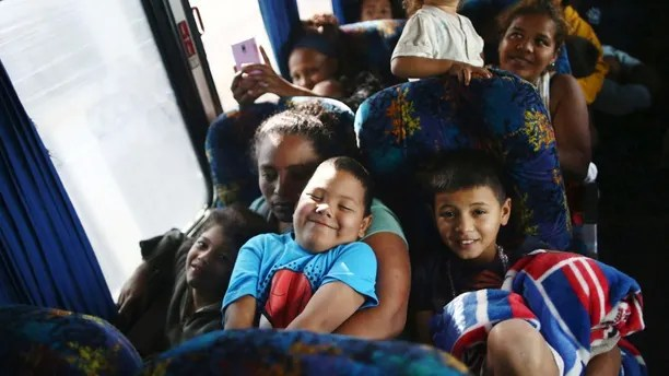 Central American migrants, moving in a caravan through Mexico, smile as they travel to Hermosillo in a new route of his travel, in Mazatlan, in Sinaloa state, Mexico April 21, 2018.  REUTERS/Edgard Garrido - RC11754BD610