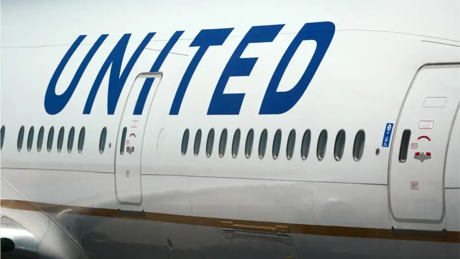 united airlines plane turns