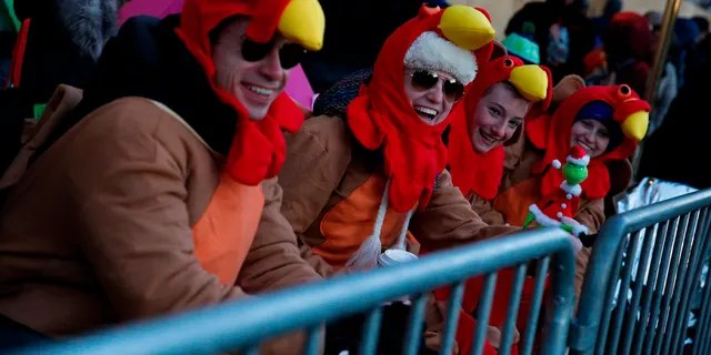 People try to stay warm before the 92nd annual Macy's Thanksgiving Day Parade in New York, Thursday, Nov. 22, 2018. (AP Photo/Eduardo Munoz Alvarez)
