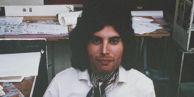Freddie Mercury du groupe de rock anglais Queen a posé en 1969 au Ealing Art College de Londres.