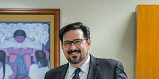 """Maricopa County (Ariz.) Recorder Adrian Fontes, dem von der GOP vorgeworfen wird, Beweise zu zerstören, um """"Unregelmäßigkeiten bei der Abstimmung"""" zu vertuschen, hat zuvor den angeklagten Anführer von Waffenstrohkäufern in Operation Fast and Furious verteidigt, der zum Tod einer Grenze führte Patrouillenmittel."""
