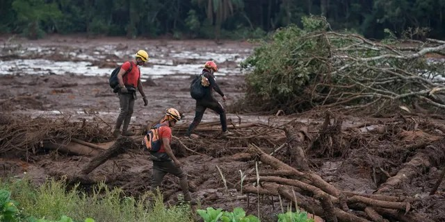 Rescue efforts have been suspended after a devastating dam collapse in Brazil amid fears of a further breach, it was revealed on Sunday