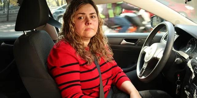 Martha Rodriguez wartet, um in Mexico City zu tanken