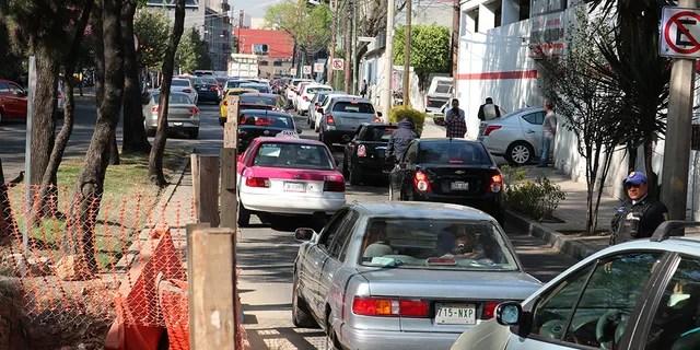 Autos stehen in Mexiko-Stadt für Kraftstoff bereit