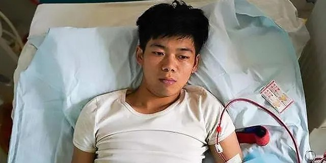 Pic Shows: The 25-year-old relies on dialysis to stay alive; CHINA: A young man who sold his kidney as a teenager in order to buy a new iPhone and iPad is now bedridden for life because of his decision.(Credit: Asia Wire)