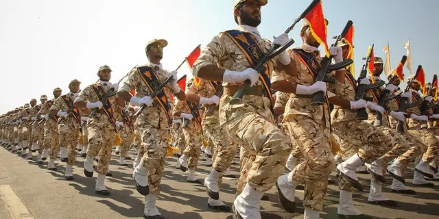 Members of the Iranian revolutionary guard march during a parade to commemorate the anniversary of the Iran-Iraq war (1980-88), in Tehran September 22, 2011. REUTERS/Stringer/File Photo - S1AETZITNOAA