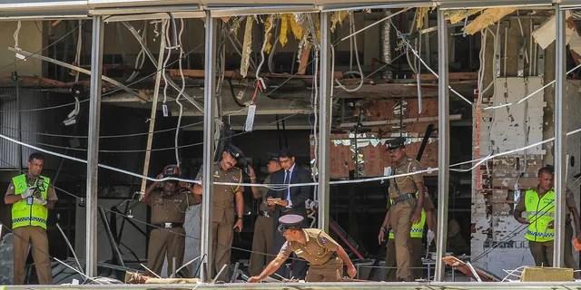 Ein srilankischer Polizeibeamter inspiziert eine Sprengstelle im Hotel Shangri-la in Colombo, Sri Lanka.