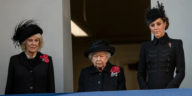 La Reina Isabel II (centro) con Camilla, Duquesa de Cornualles (izquierda) y Catalina, Duquesa de Cambridge asisten al memorial anual del Domingo del Recuerdo en The Cenotaph el 10 de noviembre de 2019, en Londres, Inglaterra.