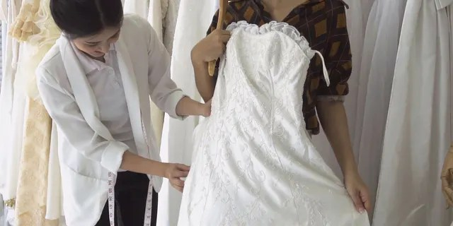 """""""I'm not trying to get her to cheap out on her dress but she will literally wear it once, one dress for over $1000 is just insane that would fund our honeymoon,"""" the Redditor complained."""