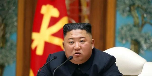 En ce 11 avril 2020, photo d'archives fournie par le gouvernement nord-coréen, le dirigeant nord-coréen Kim Jong Un assiste à une réunion du bureau politique du Parti des travailleurs de Corée au pouvoir à Pyongyang.