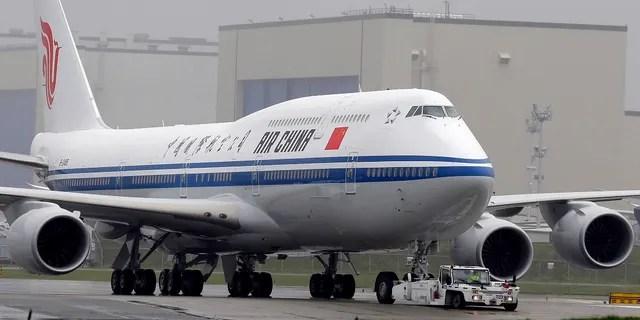 Многие авиакомпании приостанавливают полеты в и из Пекина из-за возможной второй волны случаев COVID-19. (AP Photo / Ted S. Warren, File)