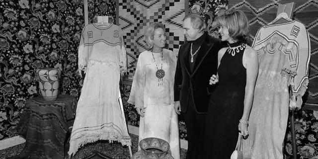 FICHIER - Dans ce Nov. 26, 1974 fichier photo, Marlon Brando, centre, Ethel Kennedy, à gauche, et Jean Kennedy Smith stand au milieu de Natif Américain Indiens d'artefacts à l'Indien de l'Amérique du Développement Dîner à l'hôtel Waldorf-Astoria à New York. Jean Kennedy Smith, la plus jeune sœur et le dernier survivant de la fratrie du Président John F. Kennedy, est décédé à 92 ans, sa fille a confirmé Au New York Times, mercredi, le 17 juin 2020. (AP Photo/Richard Drew, Fichier)